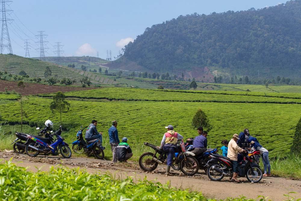 Warga menyaksikan lahan longsor di G. Bedil, Pangalengan
