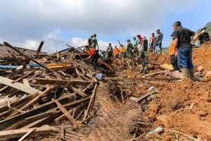TNI dan relawan mencari korban tertimbun di Kp. Cibitung, Pangalengan.