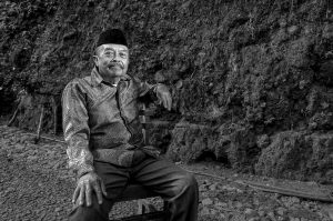 Darwa (lahir 1941) Pensiuan guru Sekolah Dasar di Tambaksari, Ciamis, Jawa Barat. Sejak akhir tahun 90-an aktif mengajarkan dan mengajak siswa Sekolah Dasar di Tambaksari, turun dan mengumpulkan fosil di Urug Kasang, Kesadaran ini ia tumbuhkan di siswa pelajar sekolah dasar hinggapertama, dengan cara mencari fosil dan dikenali serta di simpan di museum sekolah.